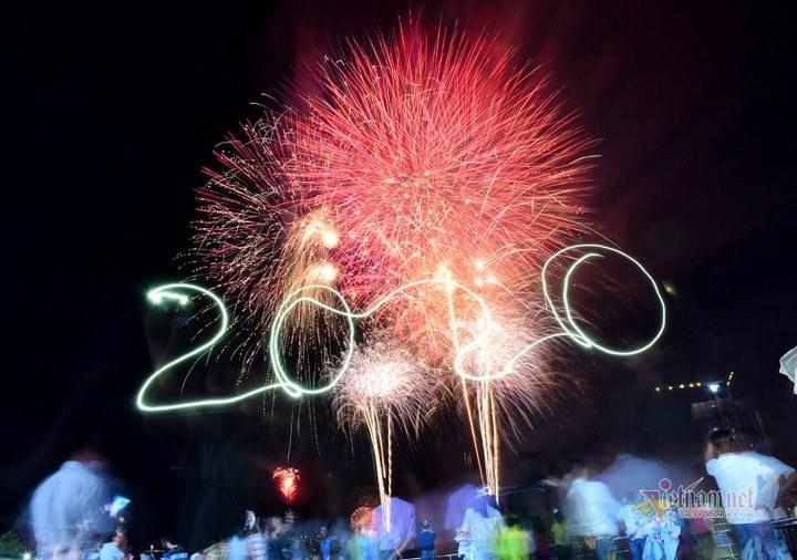 Pháo hoa rực sáng trên bầu trời TP HCM đón chào năm mới 2020 2