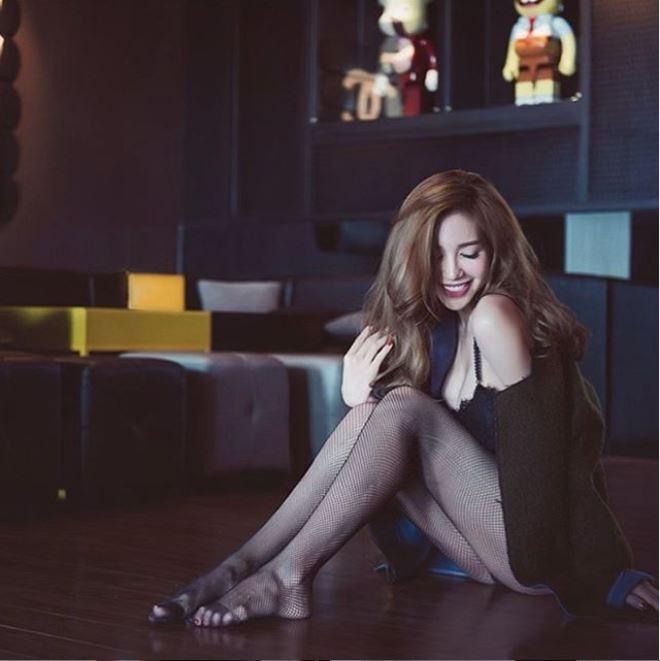 Sau scandal của Văn Mai Hương, Elly Trần lại gây tranh cãi với loạt ảnh 'nóng' táo bạo 2