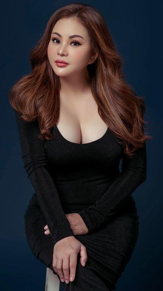 Những lần nữ danh hài được Hoài Linh hỏi cưới khiến fan 'ngộp thở' vì vòng 1 khủng 4