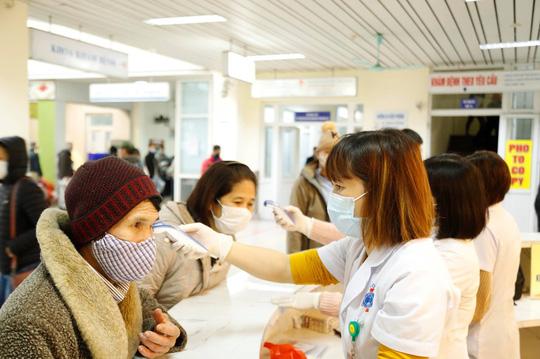 Bộ Y tế hướng dẫn người dân khi phát hiện có dấu hiệu sốt, ho, đau họng 1