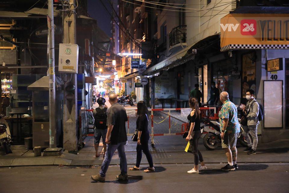 Phong tỏa hẻm khu 'phố Tây' Bùi Viện có khách nhiễm Covid-19 2
