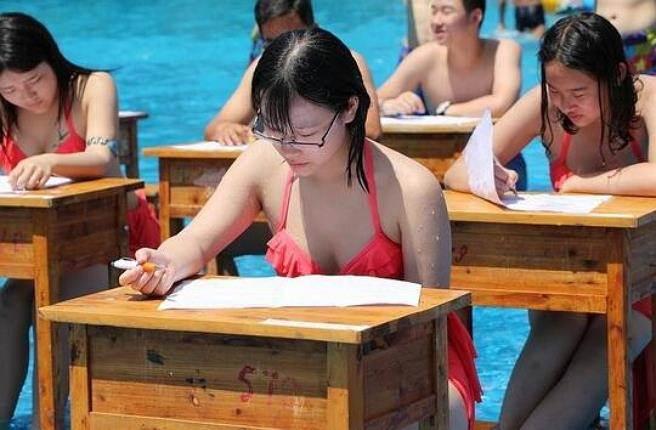 Xôn xao hình ảnh học sinh mặc đồ bơi làm bài thi ở công viên nước 1