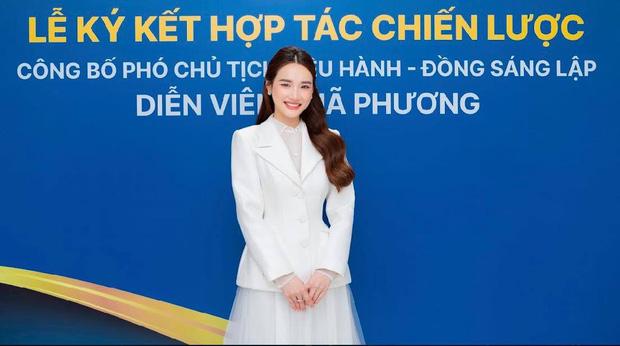 Cố gắng giấu kín, Nhã Phương vẫn bị rò rỉ hình ảnh trong lễ nhận chức Phó chủ tịch 1 công ty 3