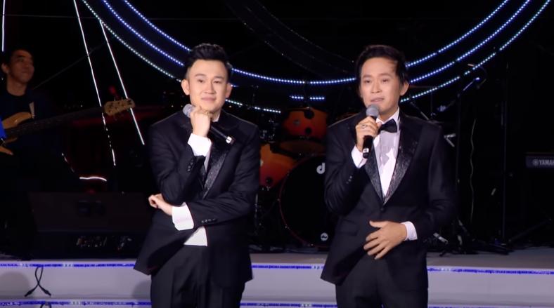 Hoài Linh xúc động cùng bố mẹ U80 xuất hiện trên sân khấu đêm nhạc của em trai 1