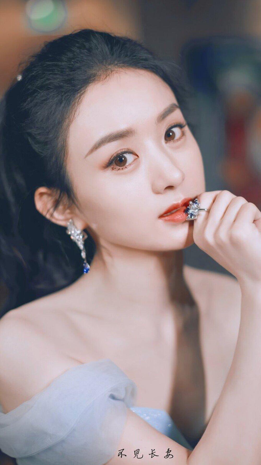 Trieu Le Dinh به عنوان یک عروس سلطنتی ، به دلیل کوتاهتر بودن مرتباً مورد تمسخر قرار می گیرد زیرا او مانند بازار لباسهای طراحی می کند 1