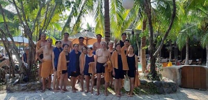 Chơi lớn để thiên hạ trầm trồ, cụ ông chi toàn bộ chuyến đi Đà Lạt- NhaTrang cho vợ cùng 12 con 1