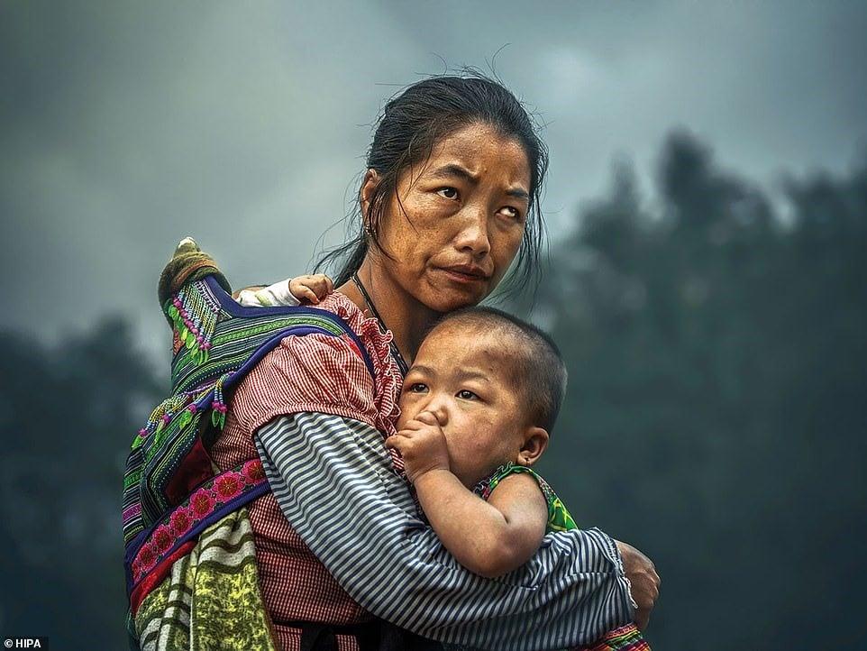 Bức ảnh mẹ ôm con ở Việt Nam đoạt giải HIPA và sự thật phía sau gây nhiều tranh cãi 1