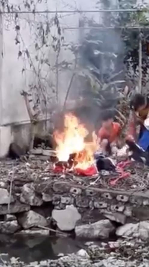 Người đàn ông đốt sách vở của con, chửi cả bố đẻ khiến dân mạng phẫn nộ 2