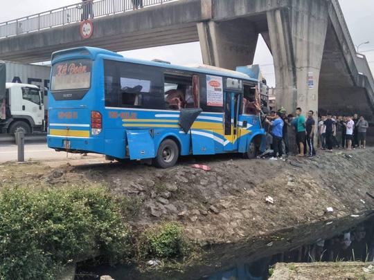 Xe khách tông vào trụ cầu, 11 người bị thương 1