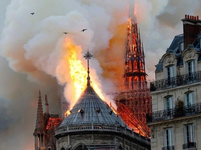 Vụ cháy Nhà thờ Đức Bà từng được Victor Hugo 'tiên tri' gần 200 năm trước? 1