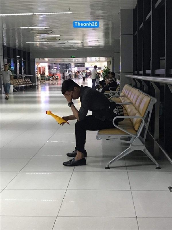 Thanh niên bay từ Đà Nẵng ra Hà Nội chỉ để trả quà cho bạn gái cũ 1