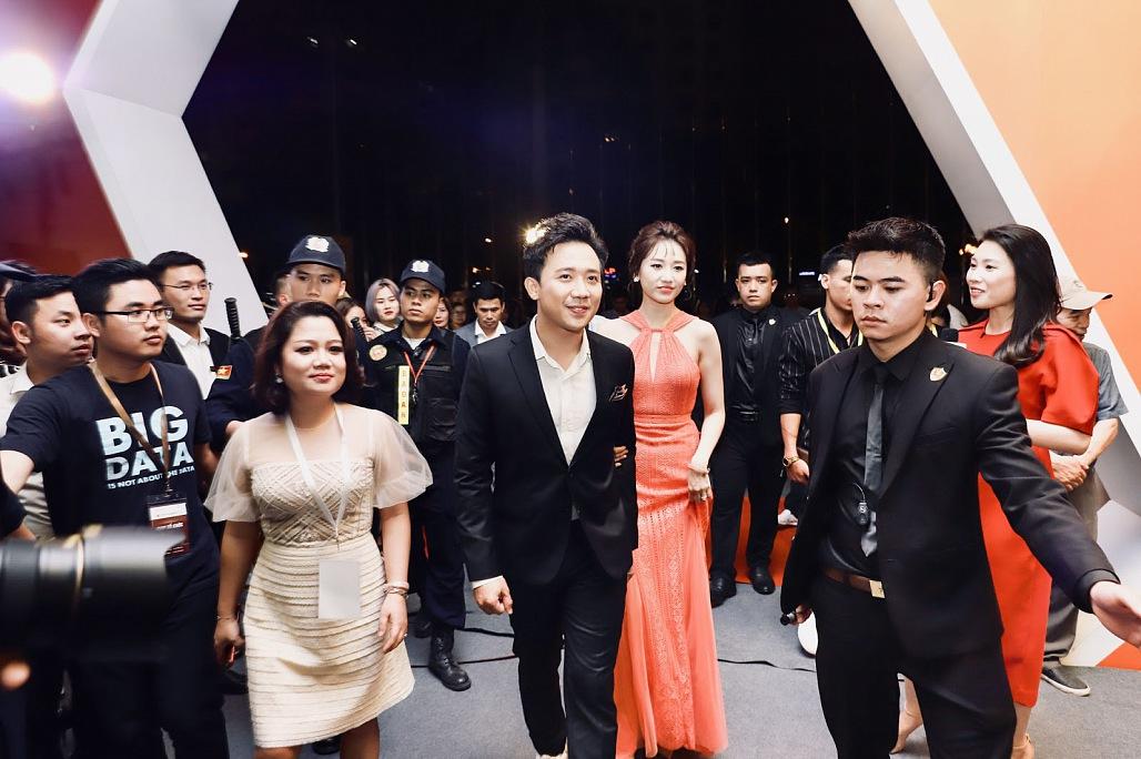 Vợ chồng Trấn Thành, Hari Won song ca 'tình bể bình' tại sự kiện 2