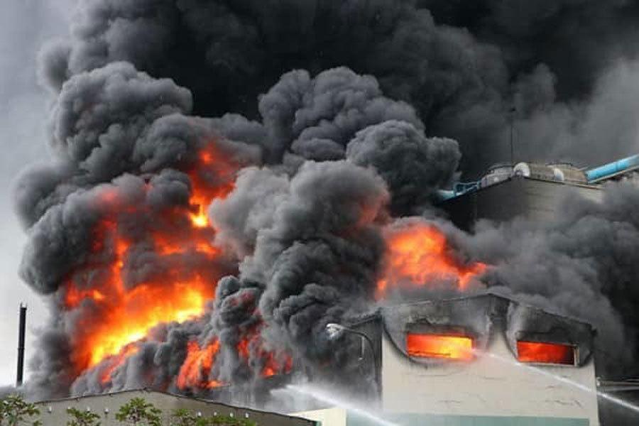 Đang cháy dữ dội khu CN 1.000m2 ở Bình Dương 1