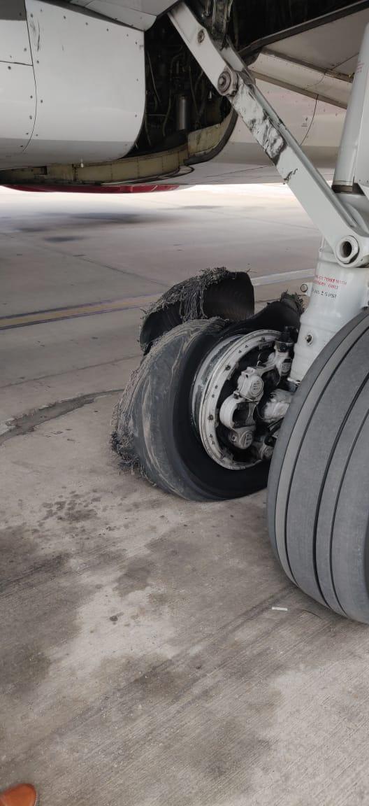 Máy bay chở 168 người hạ cánh khẩn vì bị nổ lốp 1