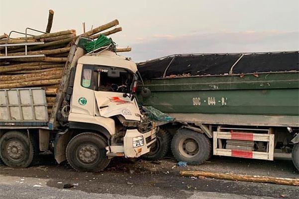 Bị xe tải đâm trực diện, 2 người tử vong trên cầu Thanh Trì 1