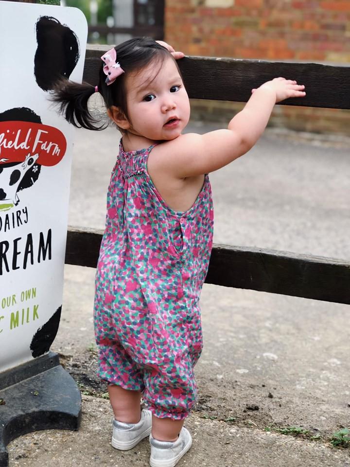 Phản ứng bất ngờ của con gái siêu mẫu Hà Anh trước 'cảnh nóng' của ba mẹ 2