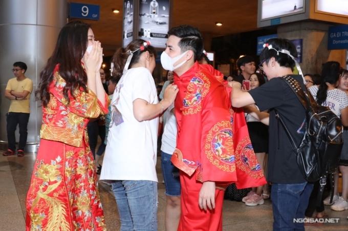 Ông Cao Thắng tiếp tục quỳ gối cầu hôn Đông Nhi ở sân bay 2