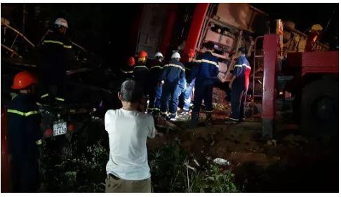 Lật xe khách trong đêm 1 người chết, hàng chục người bị thương 2