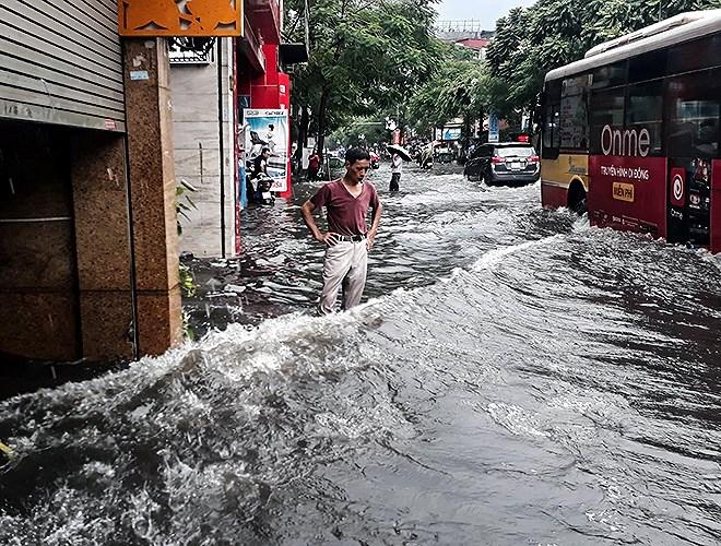 Hà Nội mưa lớn, nhiều tuyến phố 'chìm' trong biển nước 6