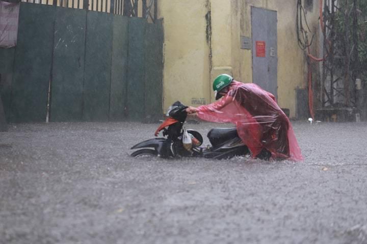 Hà Nội mưa lớn, nhiều tuyến phố 'chìm' trong biển nước 3