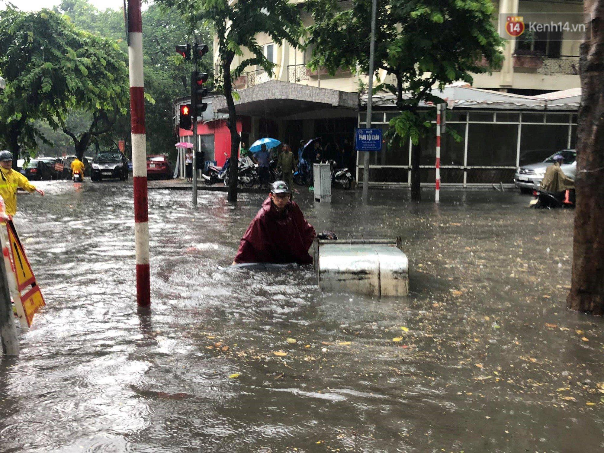 Hà Nội mưa lớn, nhiều tuyến phố 'chìm' trong biển nước 4