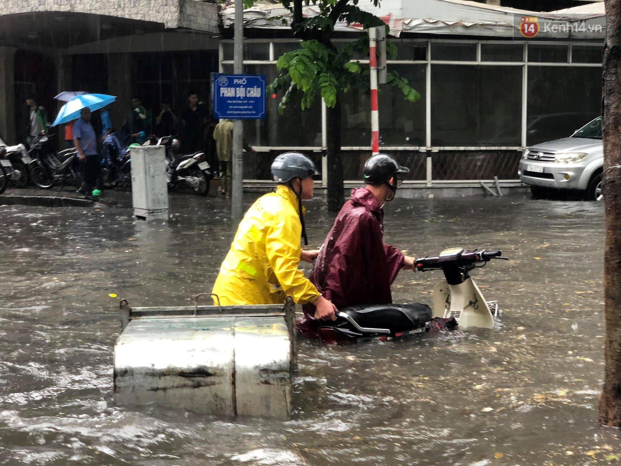 Hà Nội mưa lớn, nhiều tuyến phố 'chìm' trong biển nước 5