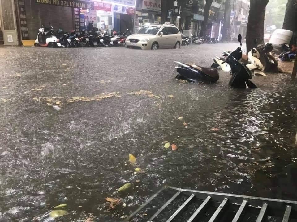 Hà Nội mưa lớn, nhiều tuyến phố 'chìm' trong biển nước 8