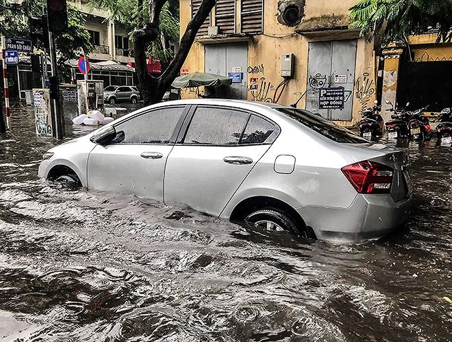 Hà Nội mưa lớn, nhiều tuyến phố 'chìm' trong biển nước 9