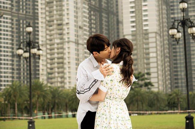 Không sợ Trấn Thành ghen, Hari Won tình tứ hôn trai trẻ trong phim mới 1