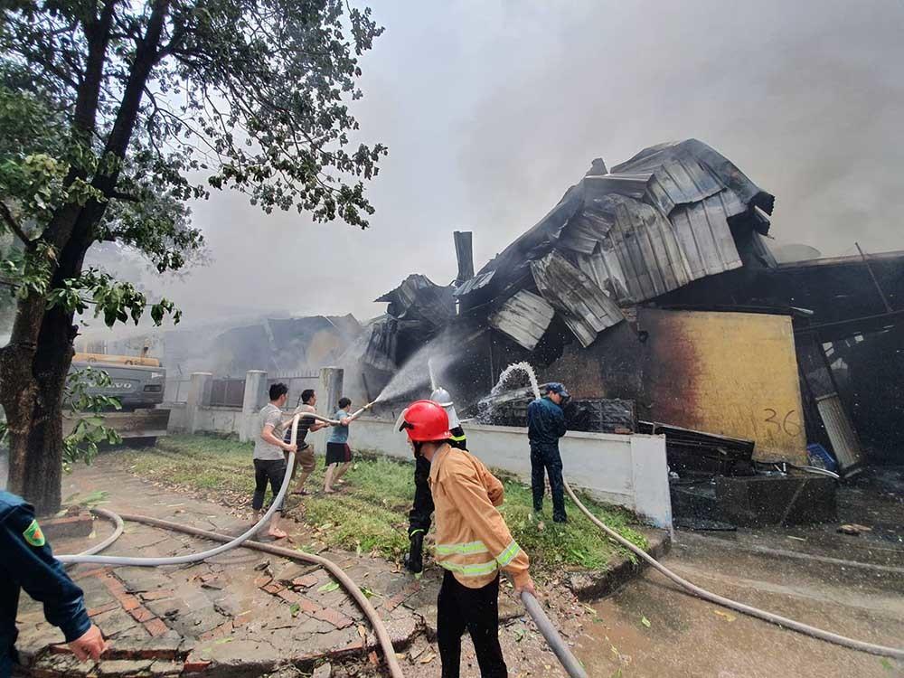 Đang cháy lớn tại kho xưởng nhựa cạnh Aeon Mall Long Biên 1