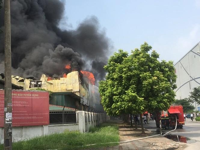 Đang cháy lớn tại kho xưởng nhựa cạnh Aeon Mall Long Biên 4