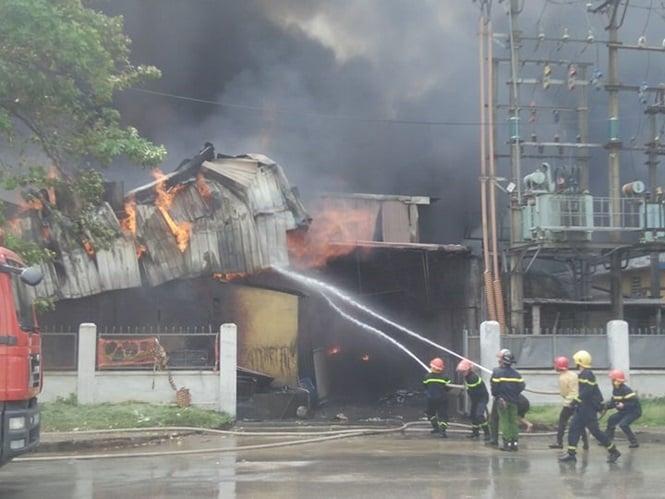 Đang cháy lớn tại kho xưởng nhựa cạnh Aeon Mall Long Biên 2