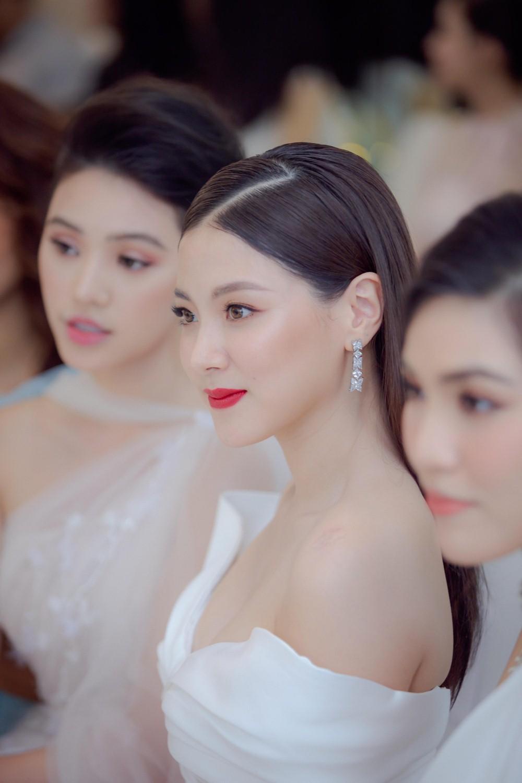 Nhã Phương 'lấn lướt' mỹ nhân hot nhất màn ảnh Thái khi diện váy đụng hàng 6