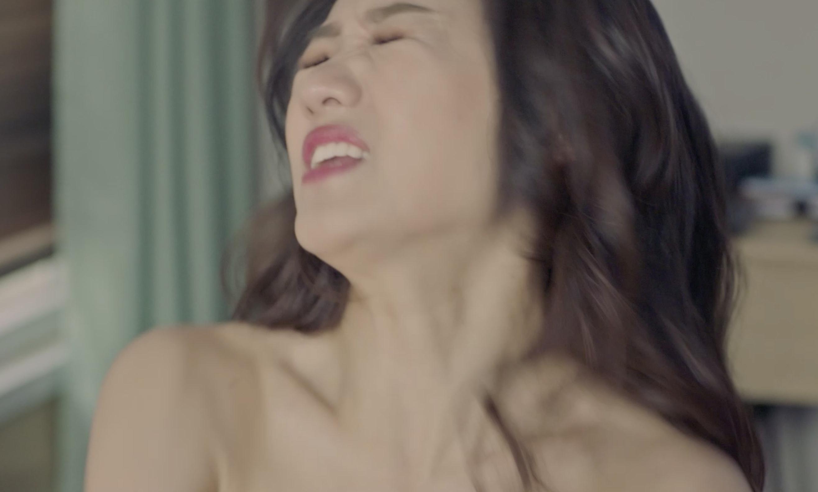 Hari Won có hành động gây bất ngờ với bạn diễn nam trong phim mới 2