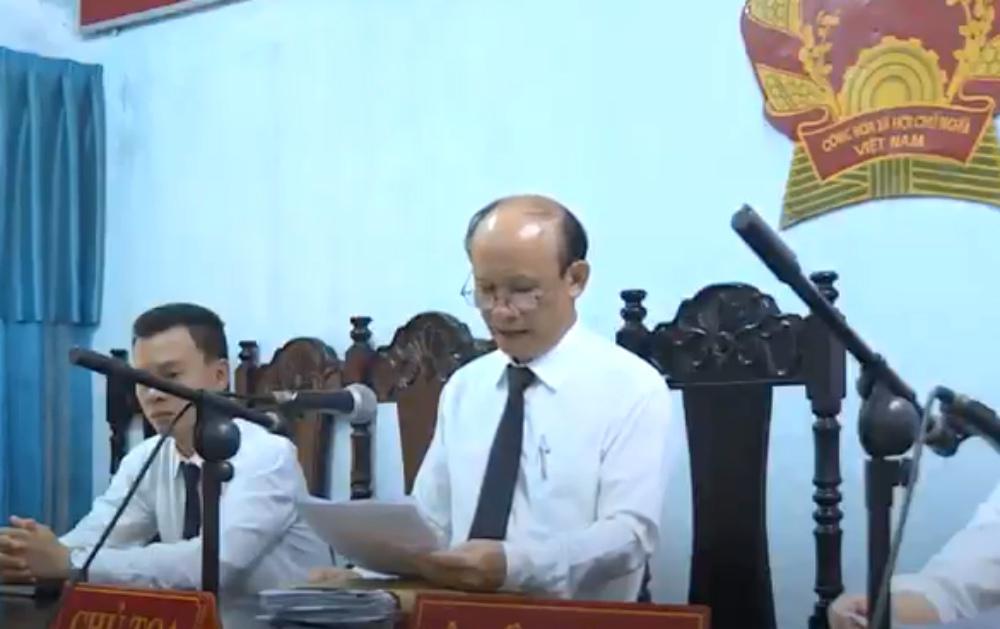 Nguyên chánh án huyện bị tố mua dâm làm chủ tọa xử án hiếp dâm 1