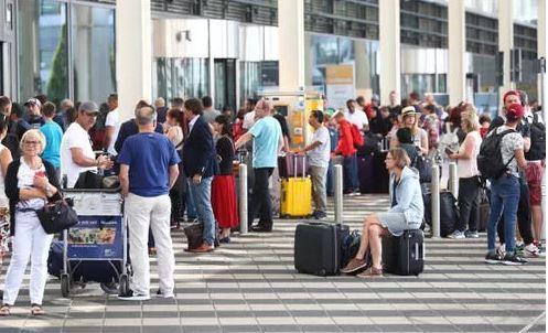 Nhầm cửa khiến 130 chuyến bay bị hủy, hành khách bị bắt giữ 1