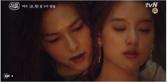 Song Joong Ki ôm ấp 'tình tin đồn' trong phim mới 1