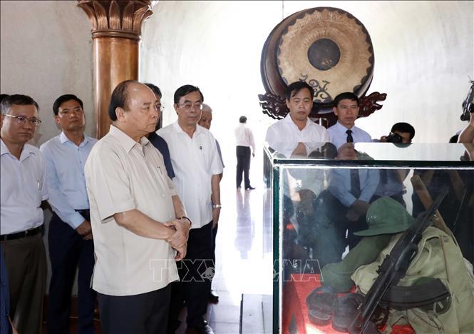 Thủ tướng Nguyễn Xuân Phúc dâng hương tưởng nhớ các Anh hùng Liệt sỹ tại Quảng Trị 4