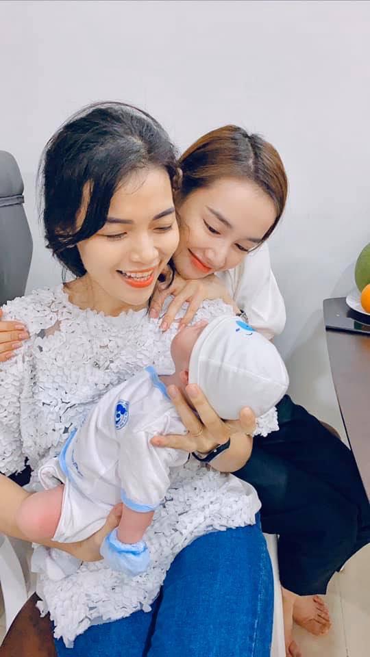 Nhã Phương chứng minh là mẹ bỉm sữa đảm đang nhờ khéo léo bế em bé 2