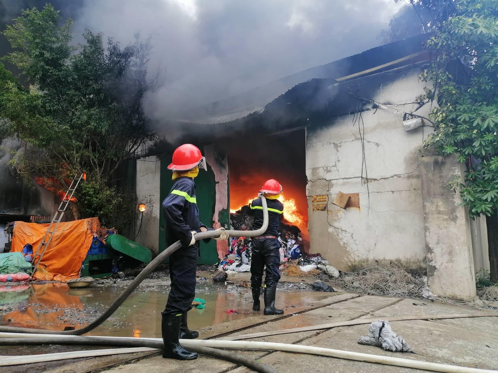 Hà Nội: Xưởng ga, gối đệm bốc cháy ngùn ngụt 1