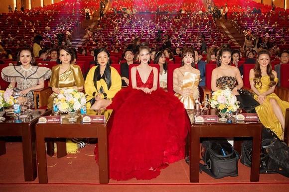 Ngọc Trinh 'đại náo' thảm đỏ với bộ cánh gợi cảm như bà hoàng 5