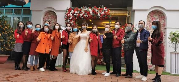 Loạt ảnh đám cưới thời virus corona với chiếc khẩu trang lên ngôi gây 'bão' 2