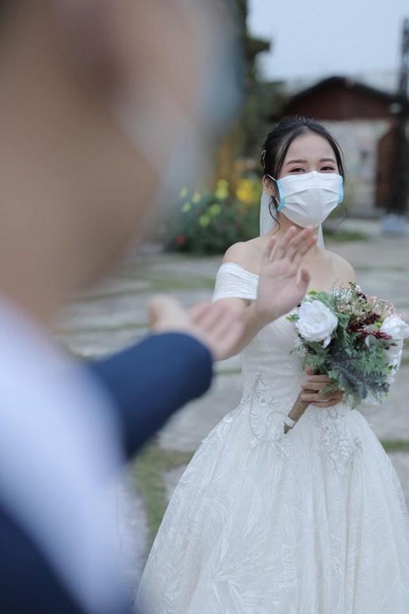 Loạt ảnh đám cưới thời virus corona với chiếc khẩu trang lên ngôi gây 'bão' 6