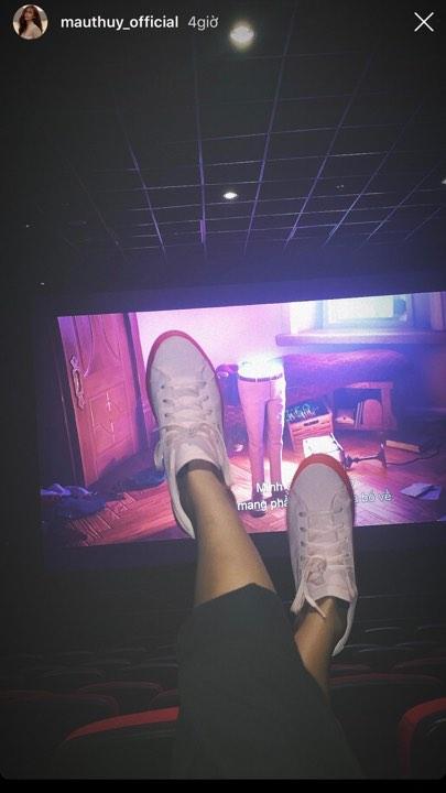 Mâu Thủy bị ném đá dữ dội vì hành vi kém 'sang' ở rạp chiếu phim 1