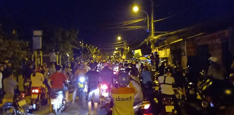 Hiện trường vây bắt Tuấn 'khỉ': Hàng trăm người dân hiếu kỳ quay video 3