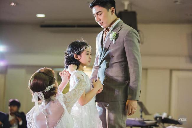 Chú rể bất ngờ quỳ gối trước cô gái khác ngay trong hôn lễ, cô dâu sững sờ 1