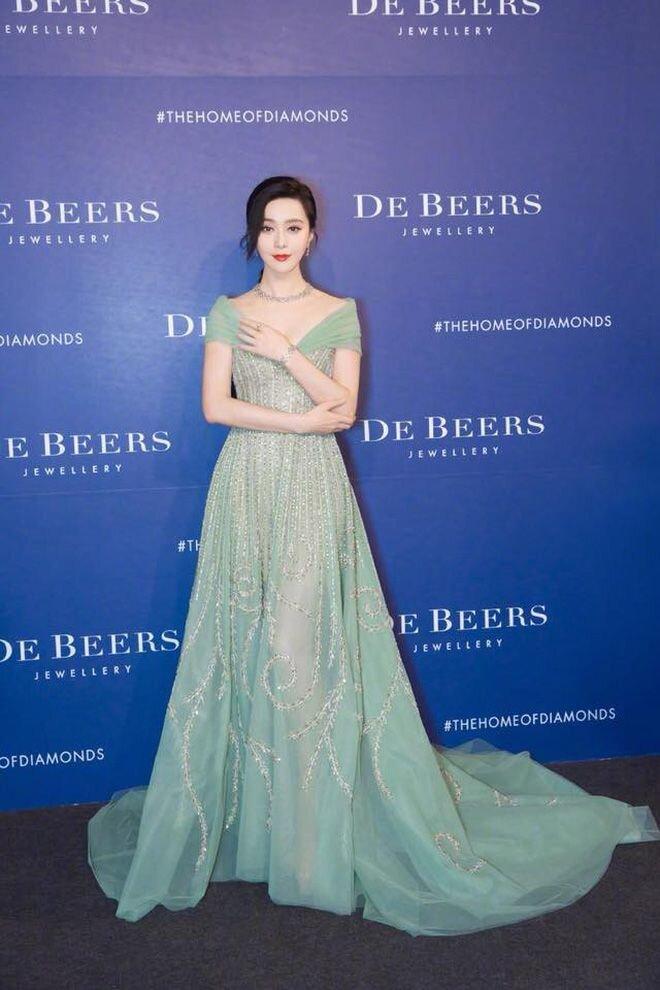 Phong cách thời trang 'biến hình như tắc kè' của Phạm Băng Băng tốn giấy mực của báo giới 1