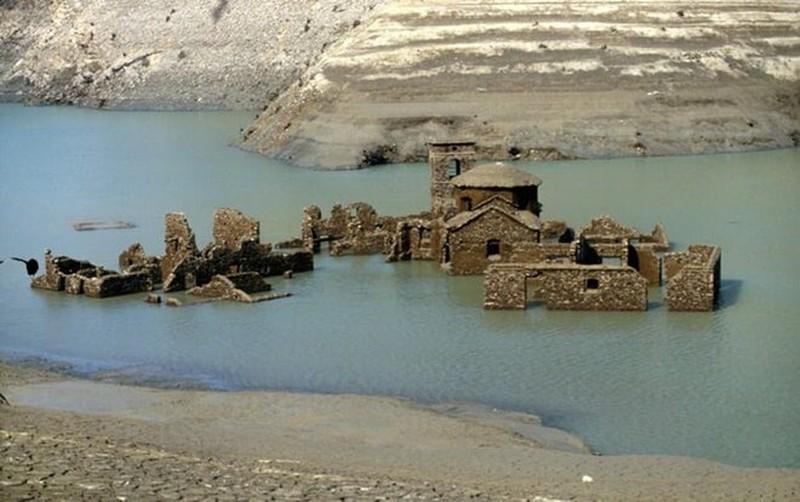 Bí ẩn về 'ngôi làng ma' bất ngờ nổi lên sừng sững sau 25 năm biến mất 1