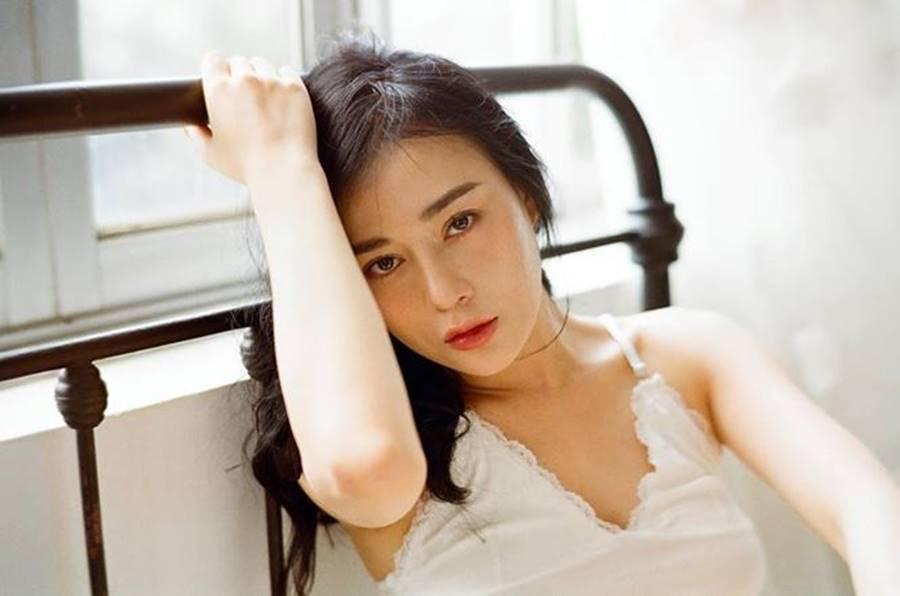 Người đẹp xế sang Đặng Lê Nguyên Vũ đón 'nổi loạn' với trang phục trễ nải đến hững hờ 8
