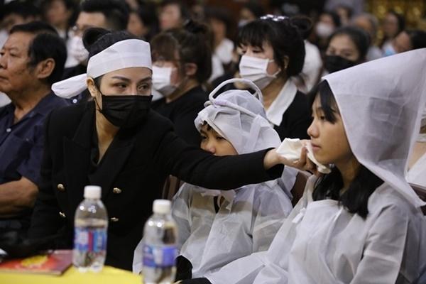 پس از سر و صدا ، نگرش همسر سابق و همسر جدید هنرمند فقید وانگ کوانگ لانگ در مراسم خاکسپاری توجه ها را به خود جلب کرد 4